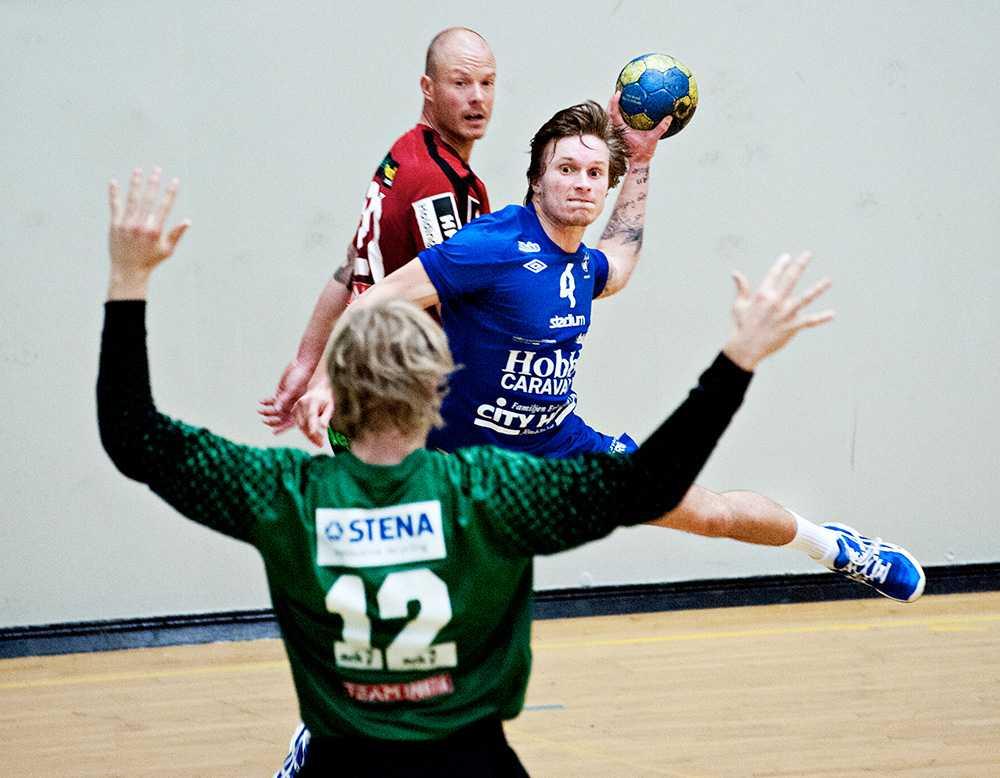 Simon Aulén, 25, har spelat handboll med Guifs A-trupp i allsvenskan och har just nu ett kontrakt med norska klubben Halden.