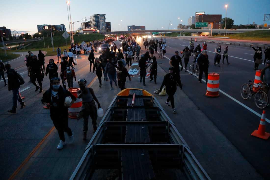 Tidigt på fredagskvällen vandrade demonstranterna längs en motorväg i Minneapolis