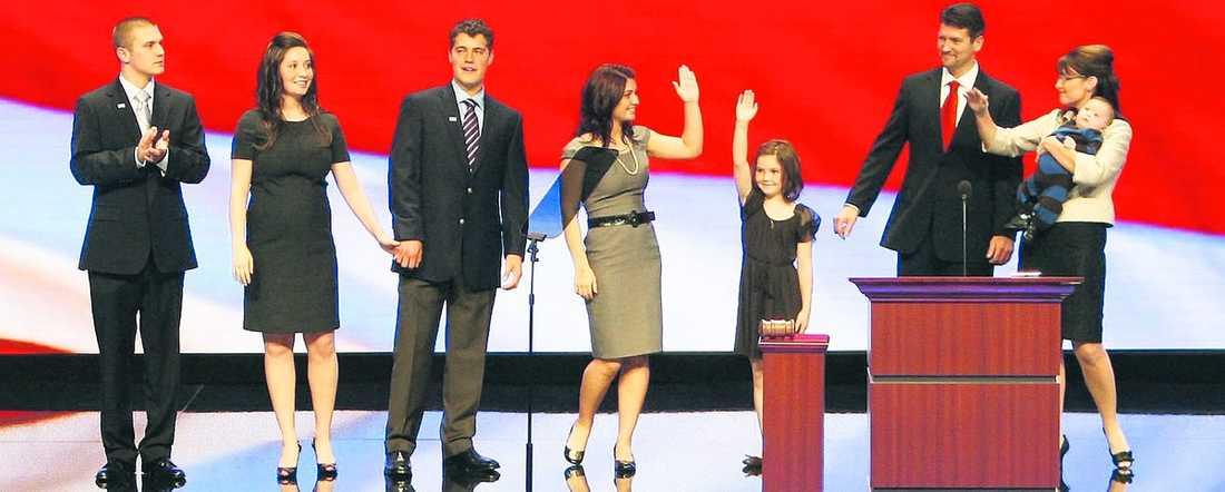 3 september 2008 Gravida Bristol Palin hand i hand med fästmannen Levi på det republikanska partikonventet i Minnesota.