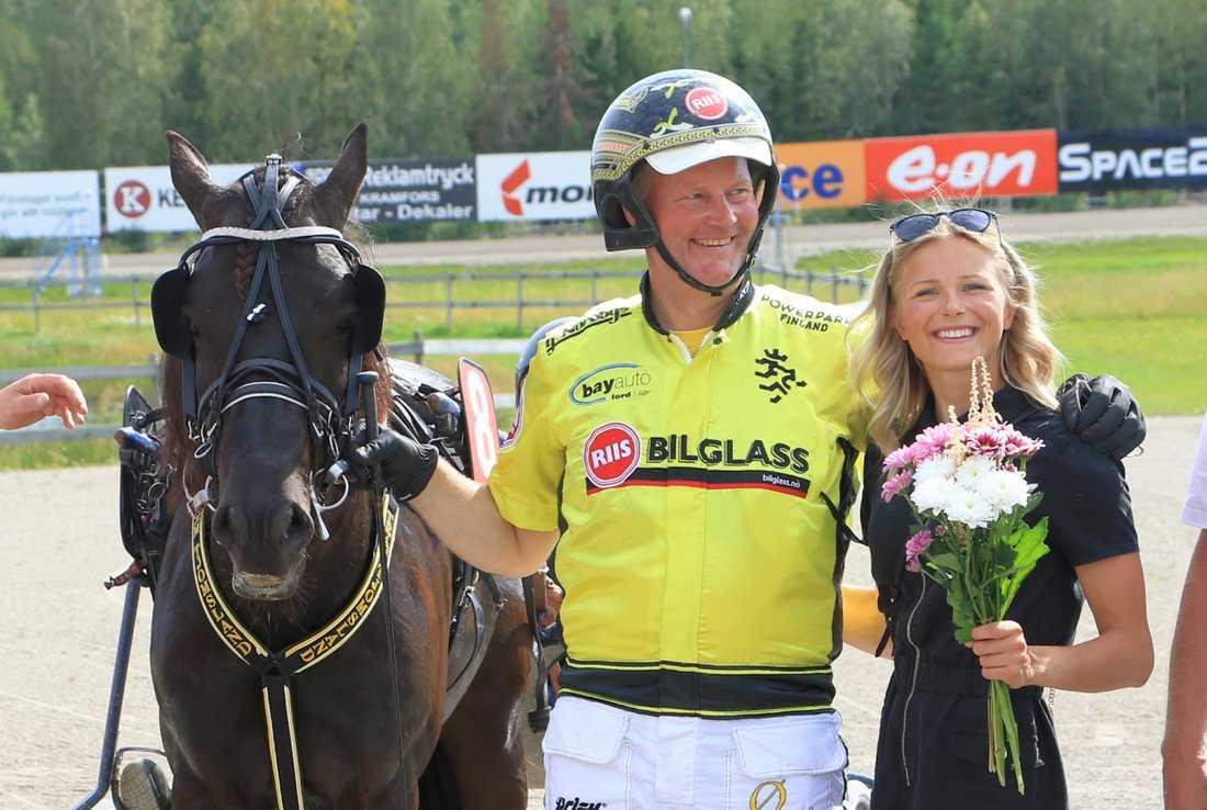 Frida Karlsson i vinnarcirkeln på Dannero i söndags – när hennes delägde travhäst tog sig till Kriteriefinal
