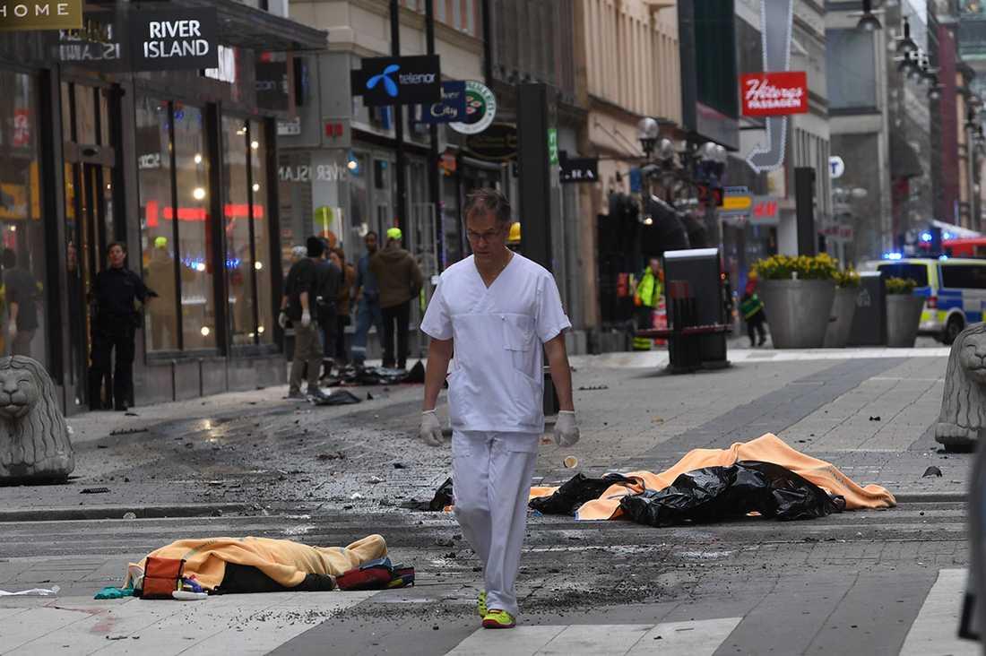 Läkare Joakim Nordahl sprang ut från sin mottagning för att hjälpa till på Drottninggatan.