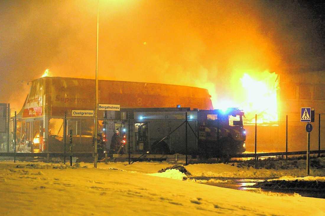Andra larmet Bara några hundra meter från Willys vällde rök ut från Ica Supermarket. Stora delar av lokalen blev övertänd.