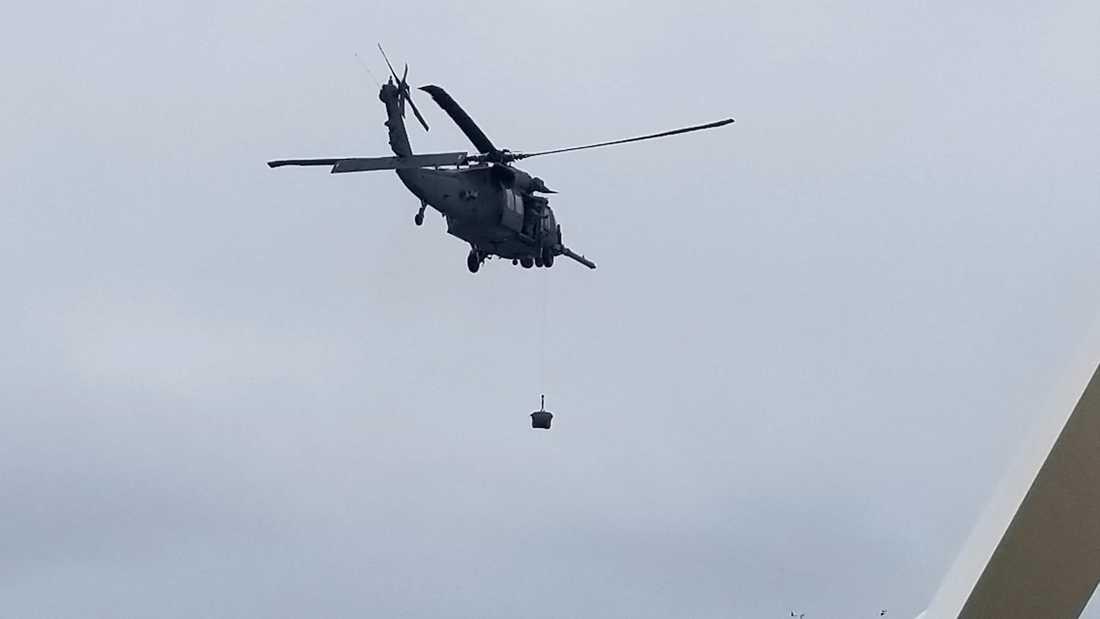 En helikopter kommer med virustest.