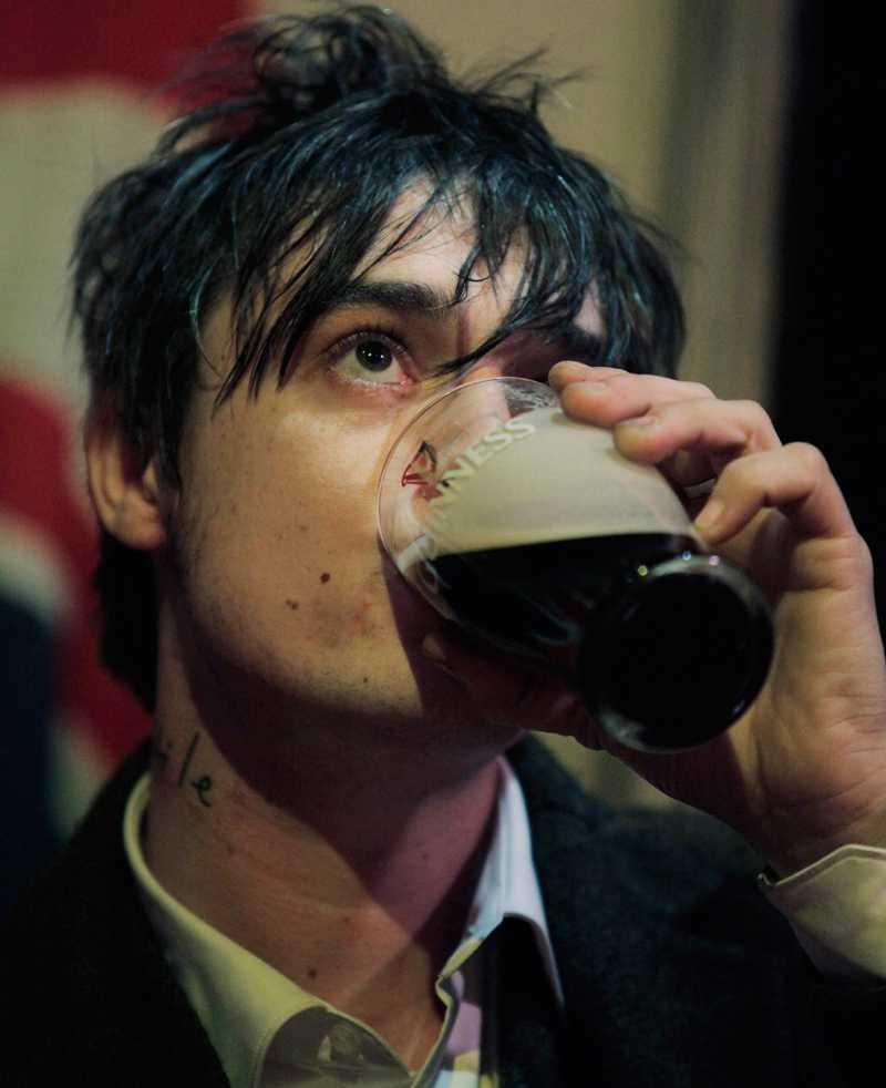 Pete Doherty och en pint.
