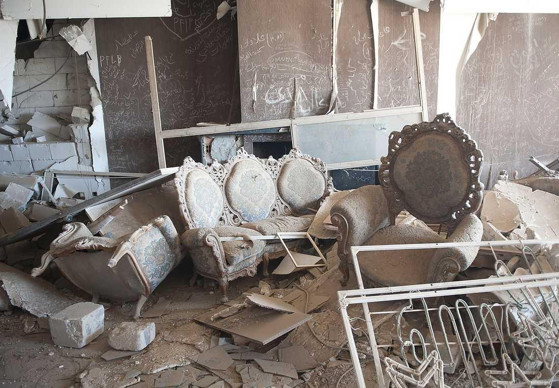 Mausoleum  Huvudbyggnaden bombades av USA 1986 och har sedan dess förvandlats till ett bisarrt mausoleum till minne av Gaddafis adoptivdotter Hana som bara var ett par månader gammal när hon dog i attacken. Möblerna, inklusive hennes barnkammare, har stått orörda och inglasade i 25 år.