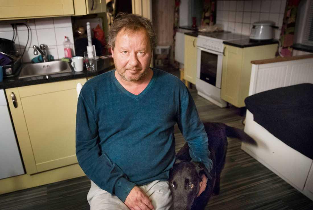 Thomas Hansson bor i huset precis bredvid mordplatsen. Han såg offret ligga på marken när han var ute och rastade sina hundar.