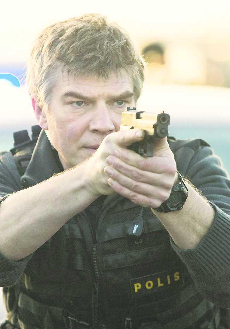 Jakob Eklund spelar polisen Johan Falk.