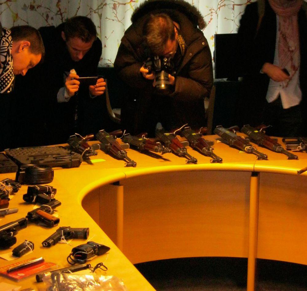 """Efter pistoler är automatvapen ett av de vanligaste beslagen i Malmö. Här fotograferas några kalasjnikovs av intresserade journalister. """"Hagelgevär är vanligare att man träffar på längre upp i landet"""", säger Stefan Sintéus, polismästare i Malmö."""