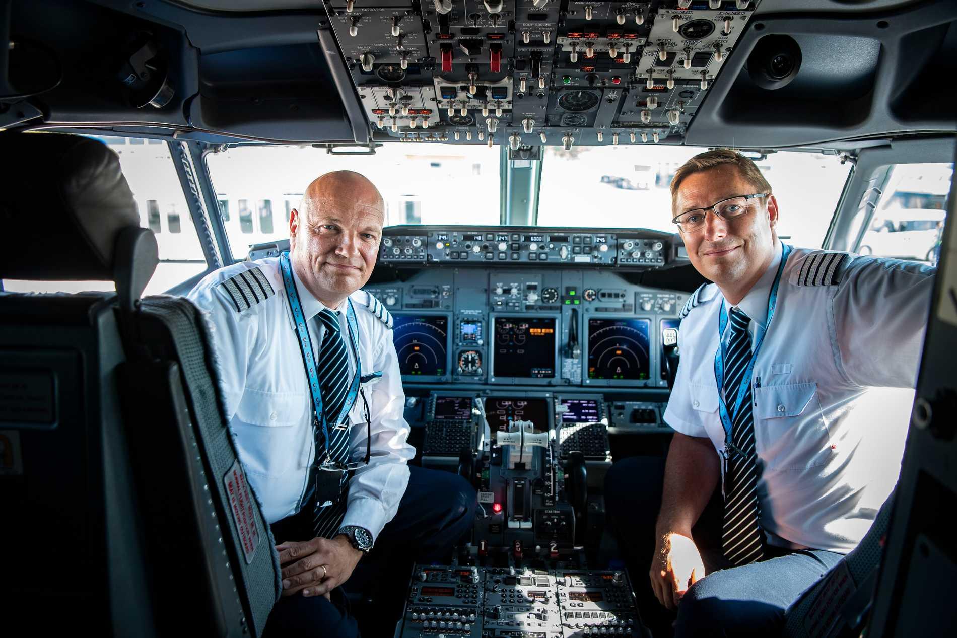 Kaptenerna Johan Von Bahr och Fredrik Karlsson med leenden på läpparna efter att äntligen vara tillbaka i luften.