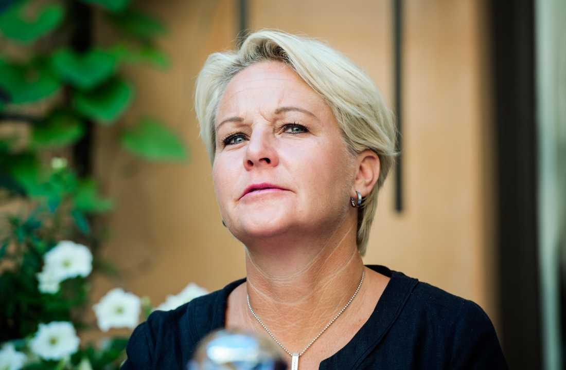 Fd biståndsminister Hillevi Engström, 51.