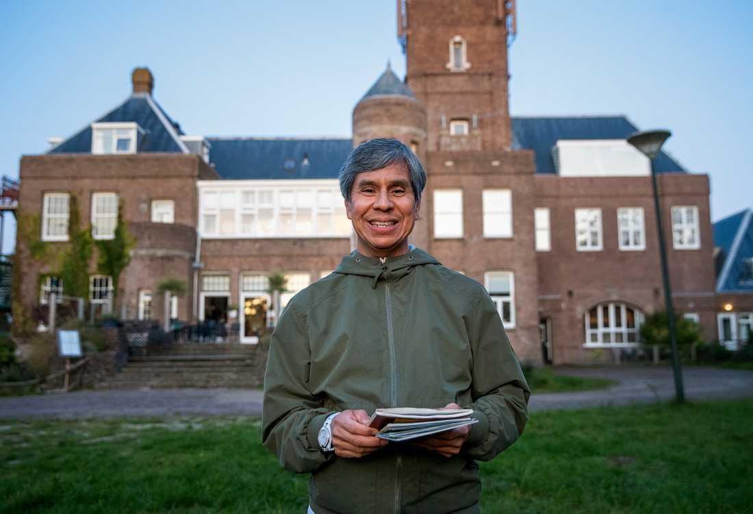 Carlos visar Aftonbladet runt på Moonrörelsens stora tomt i Bergen Aan Zee.