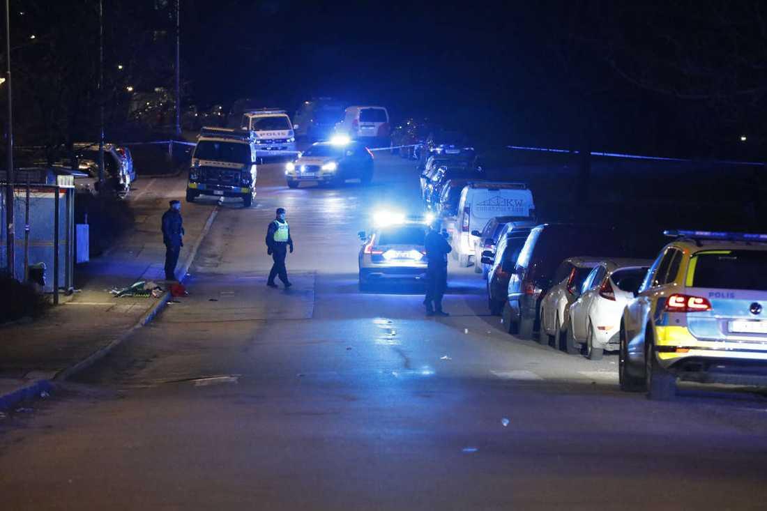 Polisen uppger att de ska ha utsatts för ett grovt hot.