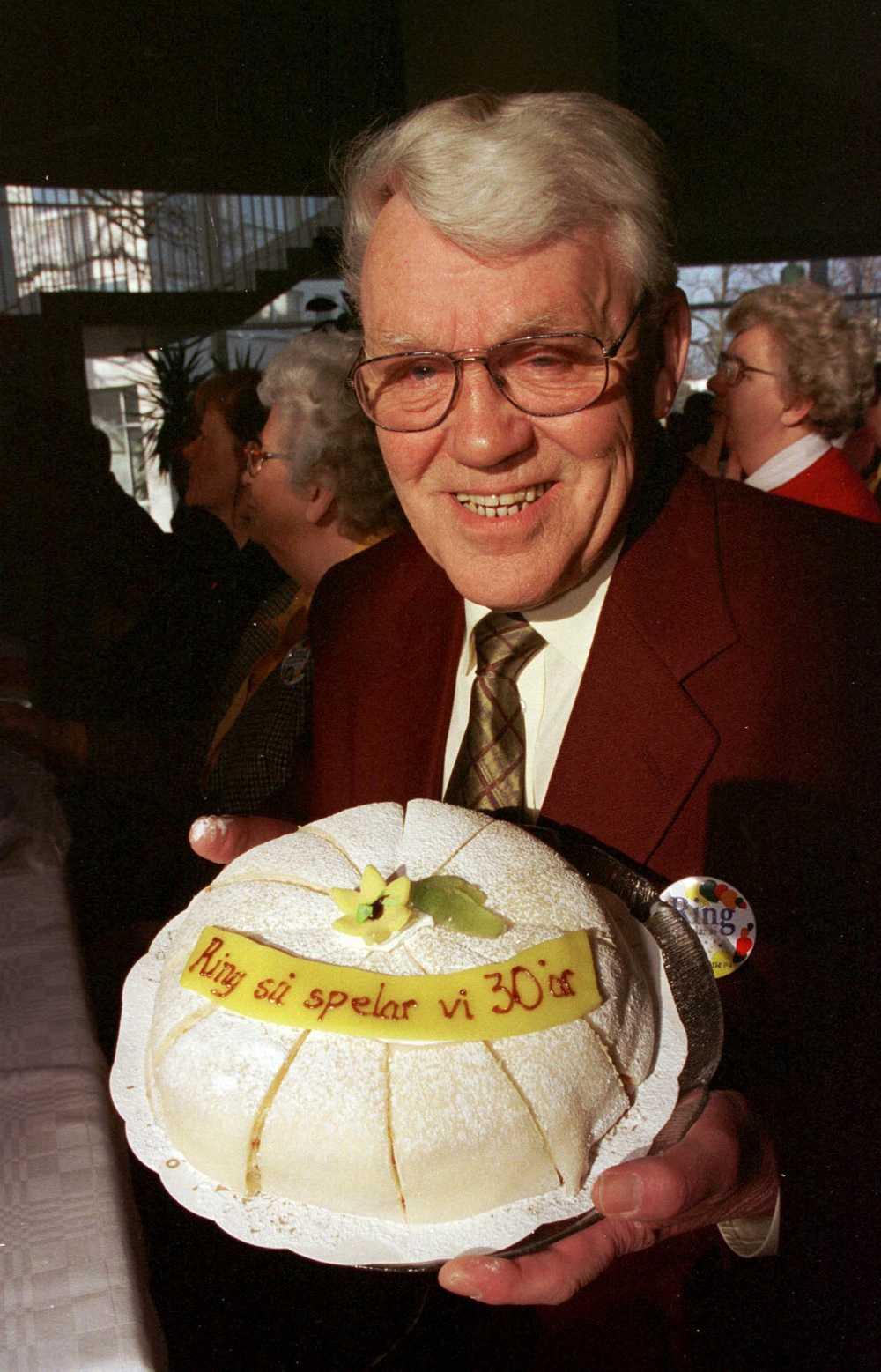 """Hasse med tårta när radioprogrammet """"Ring så spelar vi"""" fyllde 30 år 1998."""