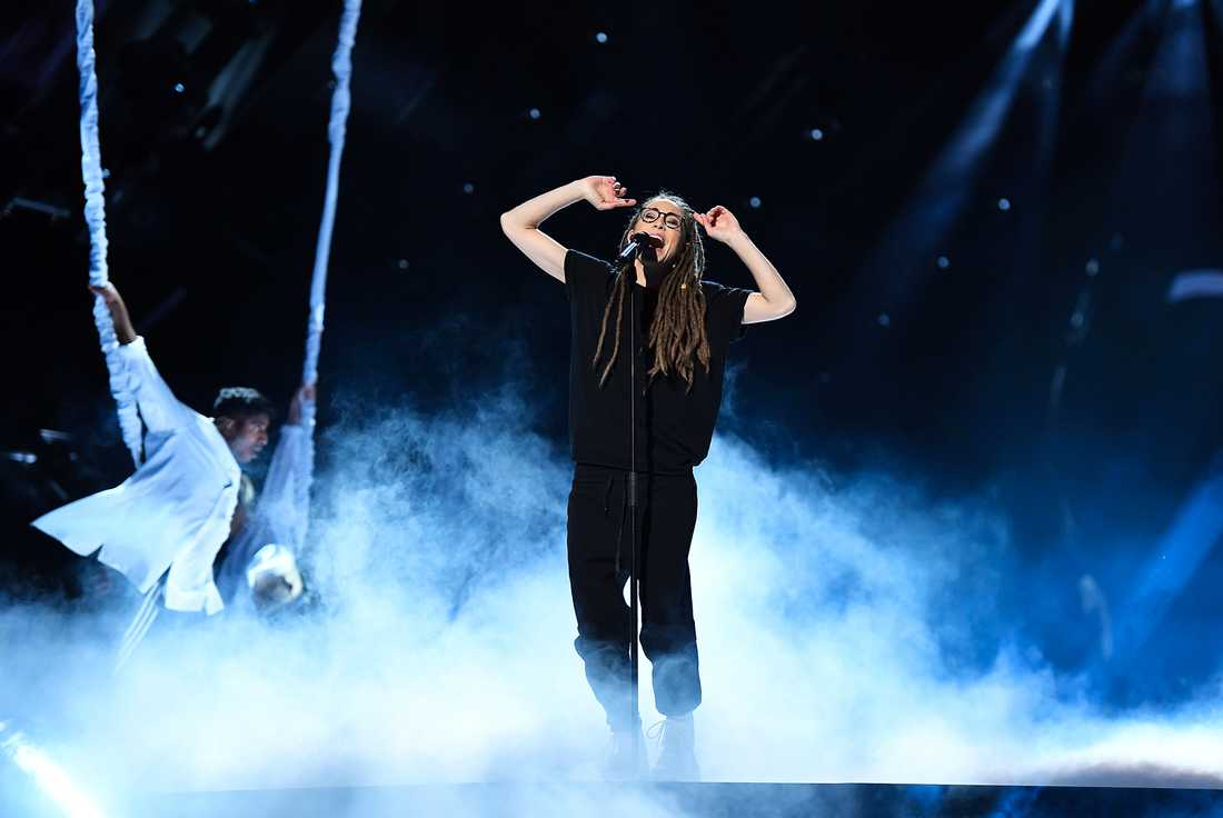 Mariette på scen i Melodifestivalen 2017.