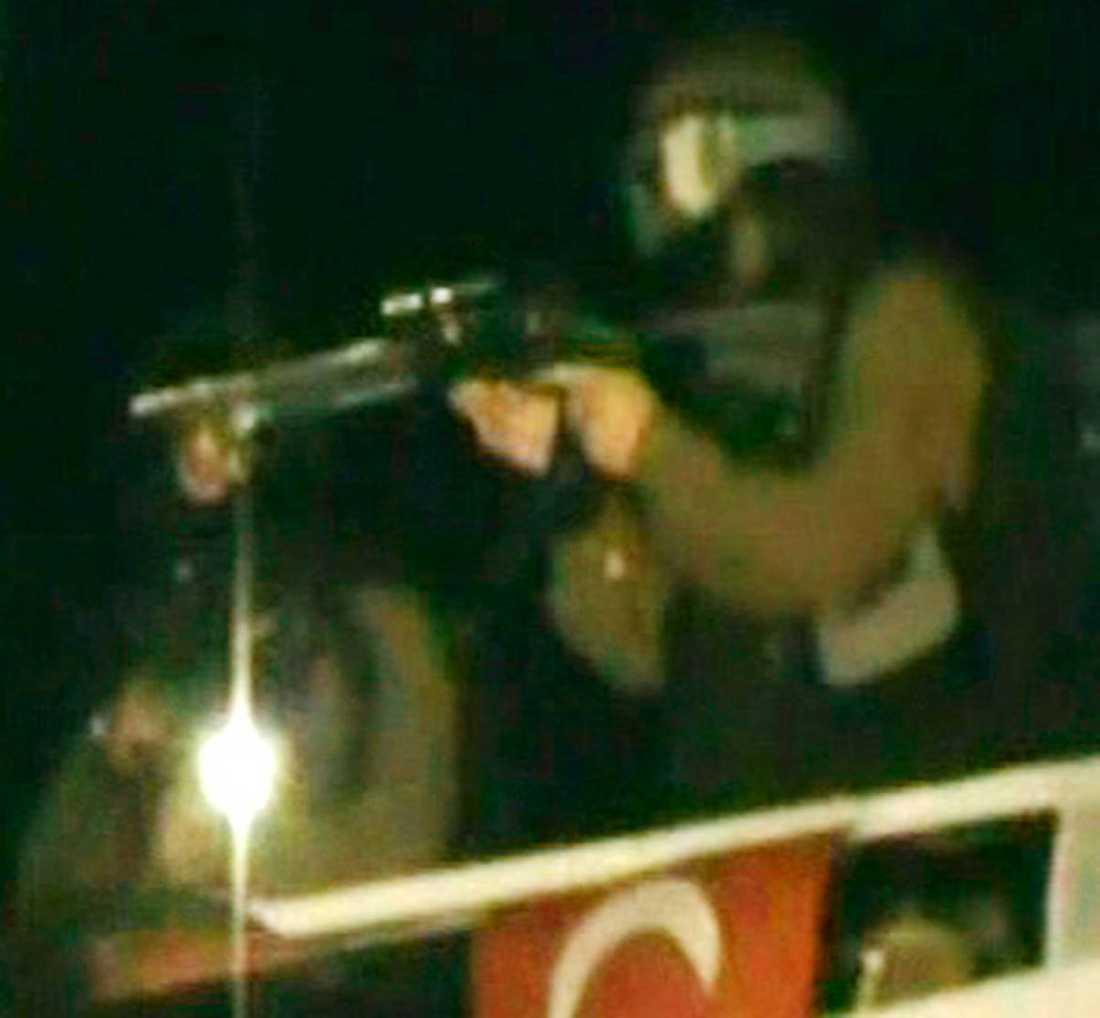 En israelisk elitsoldat bordar ett Ship to Gaza-fartyg 31 maj 2010. Nio civila dödades vid attacken.