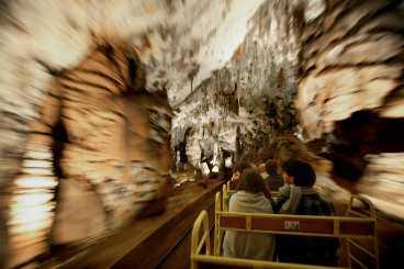 Turen in i kalkstensgrottorna börjar på ett litet tåg. Sedan väntar vandring med guide.