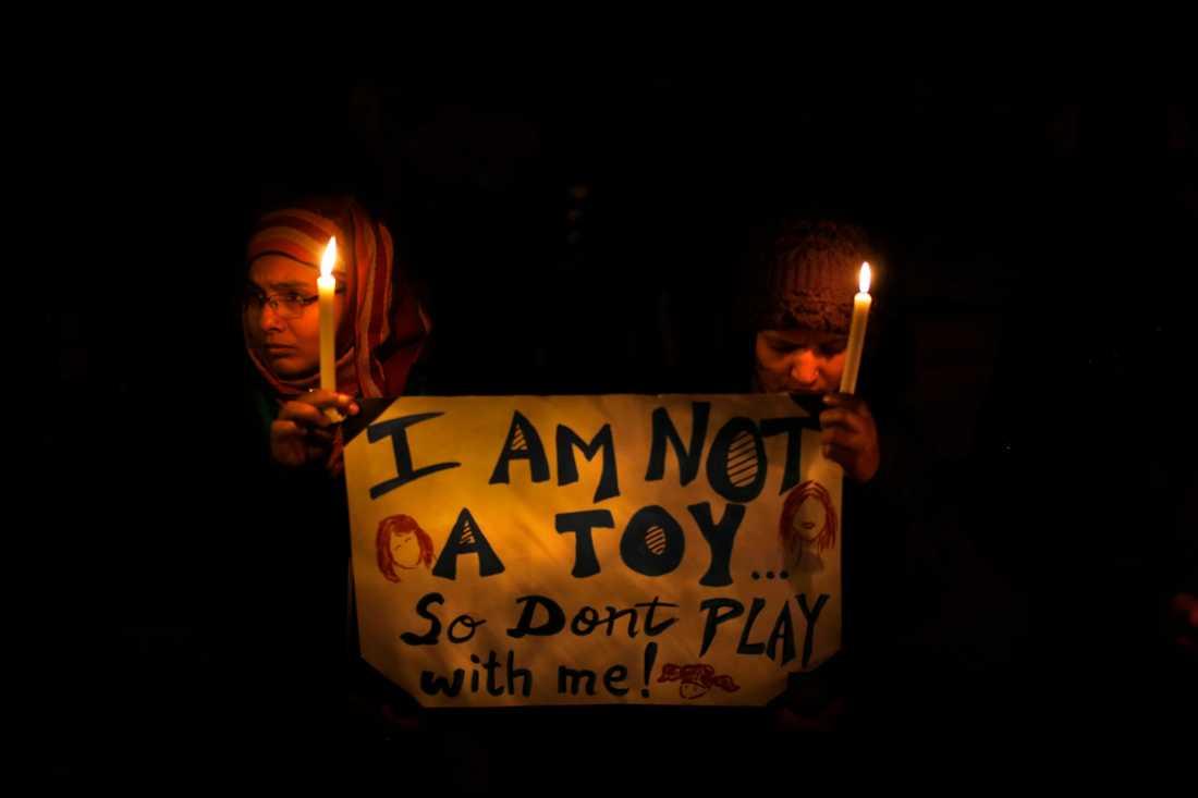 Indiska kvinnor i Delhi deltar i en manifestation i december förra året för att uppmärksamma en kvinna som dött av skadorna hon fått vid en gängvåldtakt.