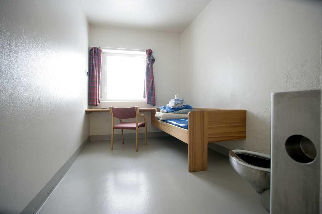ÅTTA KVADRATMETER Anders Behring Breivik trivs inte med att vara isolerad. I den åtta kvadratmeter stora cellen får han varken se på tv, lyssna på radio eller läsa tidningar.