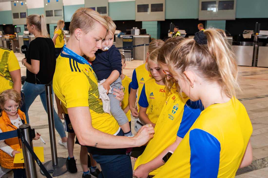 Nilla Fischer med sonen Neo på flygplatsen
