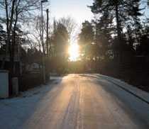 08.50 Njutning Börjar dagen med en promenad. Solen skiner över trädtopparna och den snöiga vägen. Känner in ögonblicket, som är riktigt vackert.
