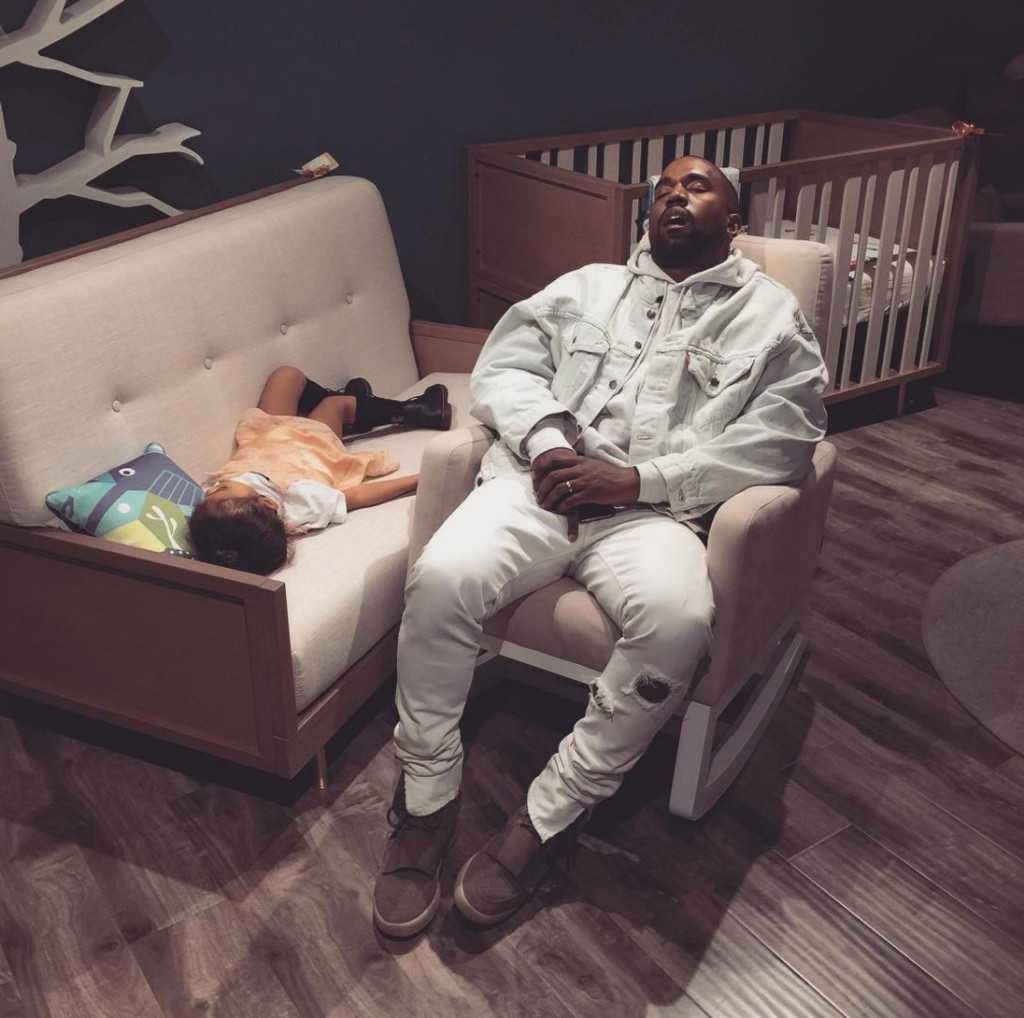 Sovande Kanye på ett möbelvaruhus fick Internet att explodera för några veckor sedan.