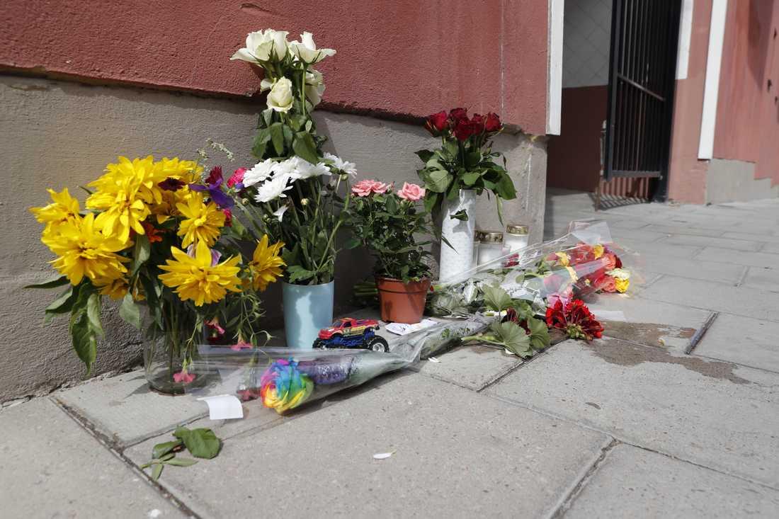 Blommor och ljus på platsen för dödsskjutningen.