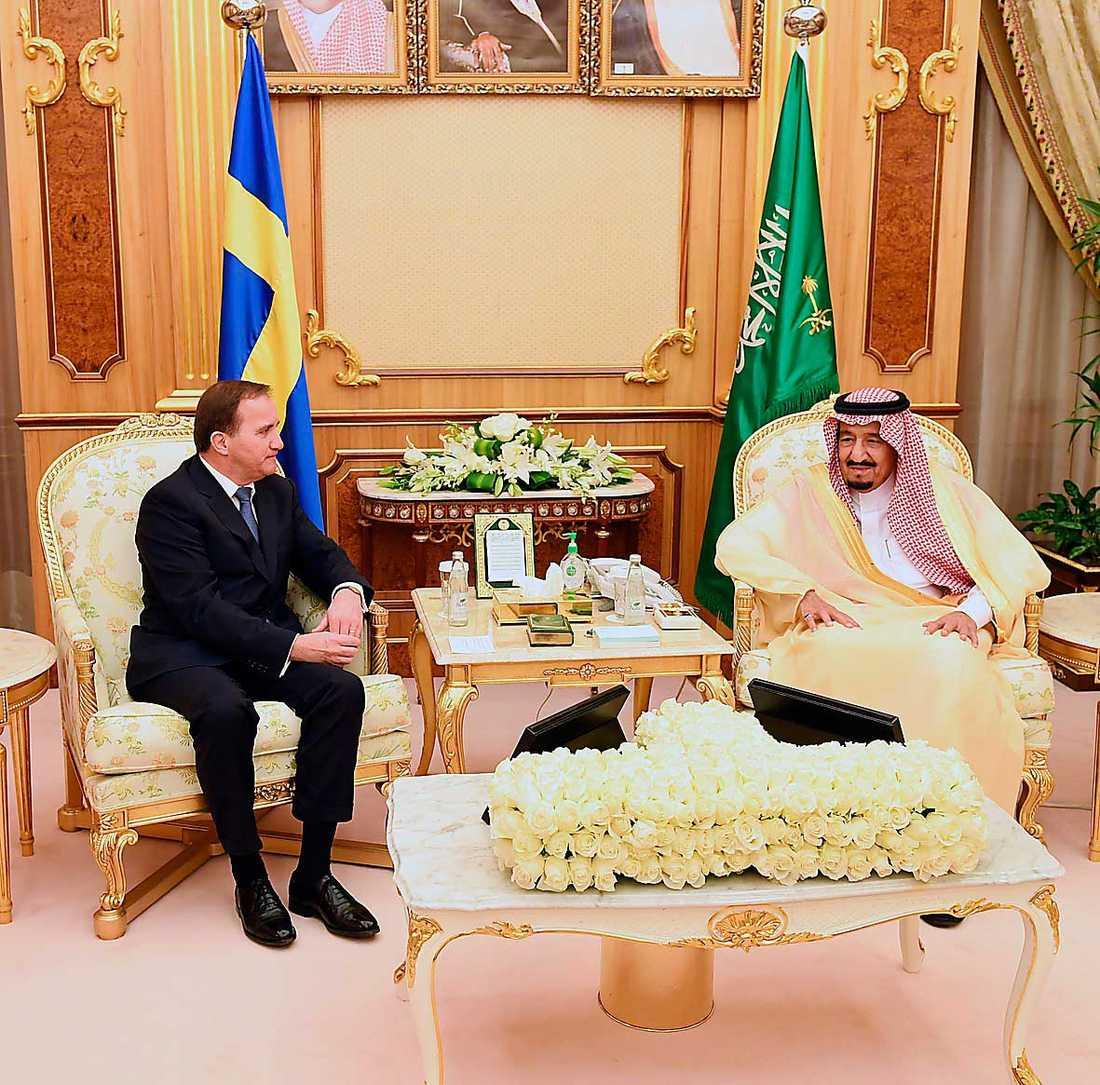 Statsminister Stefan Löfvens tystnad handlar inte om diplomatiska överväganden. Den handlar om att han helt enkelt inte har fattat vad det är för typ av land han besöker. Här i samspråk med kung Salman bin Abdul Aziz i Riyadh.