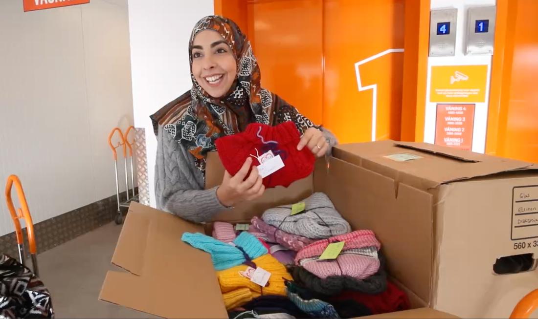 Flera svenskar stickar kläder till barnen i Syrien.