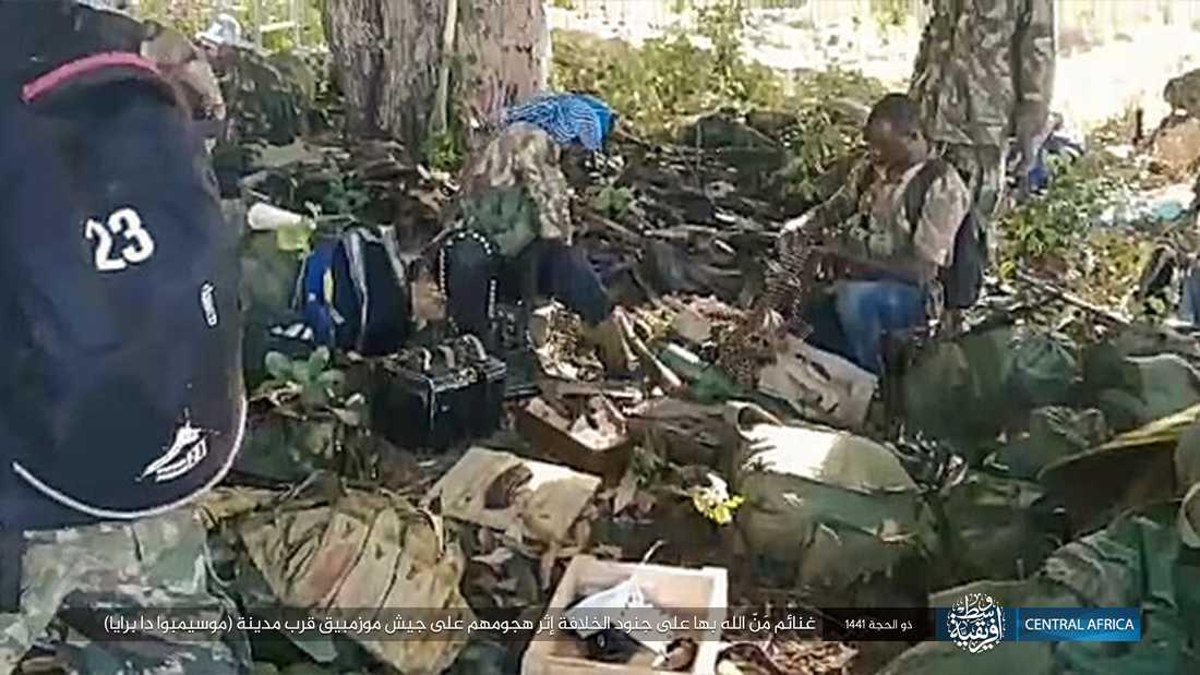 En bild som publicerats av extremistgruppen Islamiska statens centralafrikanska provins visar terrorgruppen i närheten av Mocimboa da Praia. Arkivbild.
