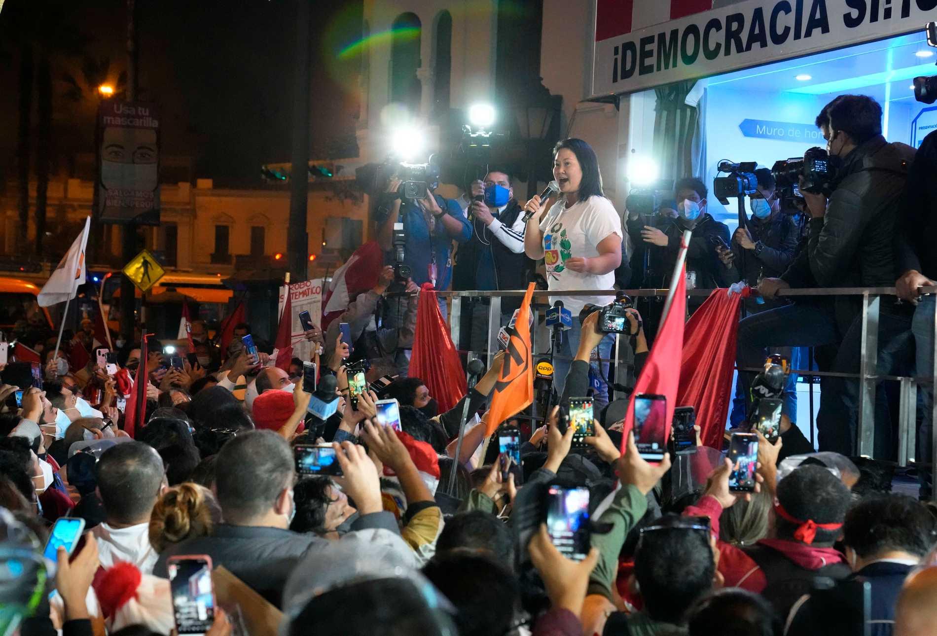 Keiko Fujimori håller tal till sina anhängare.