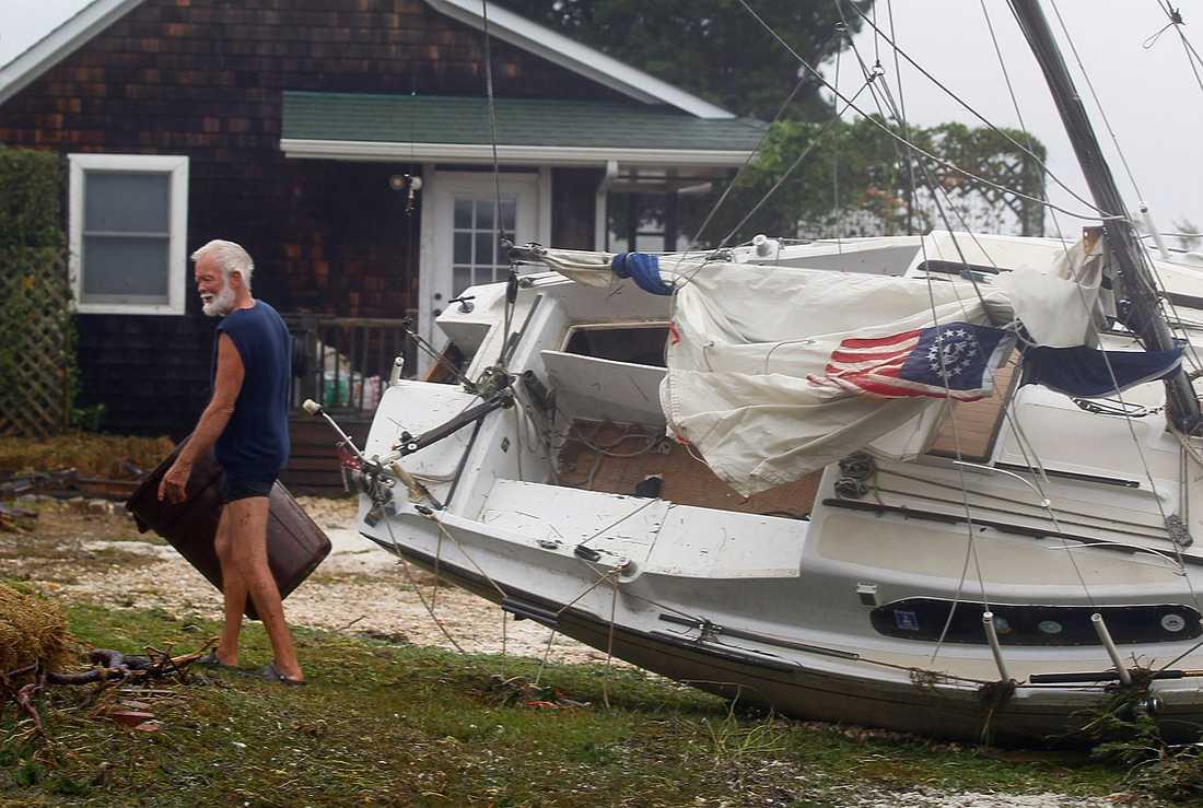 Hampton Bays, New York: Thor Anderson har fått besök i sin trädgård – av en segelbåt som kastats upp på land av vågorna.