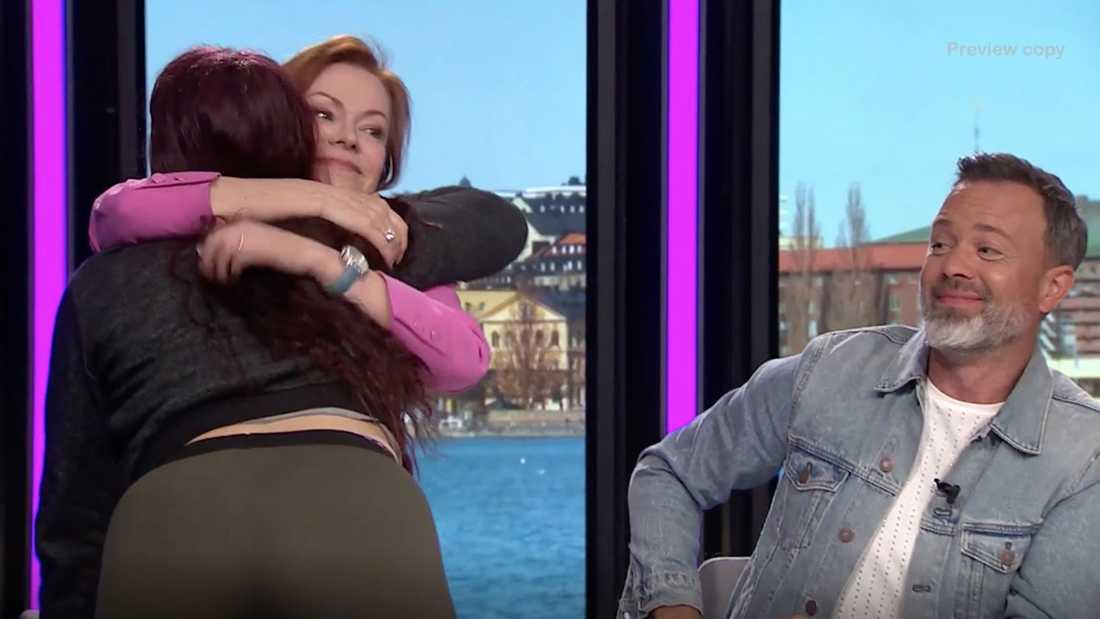 """Zabrina Byrne ger Kishti Tomita en kram i """"Idol""""."""