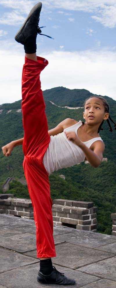 Jaden Smith, 11, visar kampsportstalangerna på Kinesiska muren i en scen ur filmen.