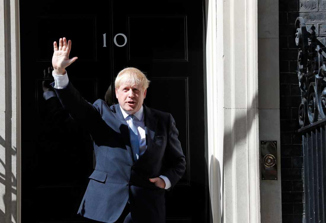 Boris Johnson gör sitt första framträdande som premiärminister utanför 10 Downing Street.