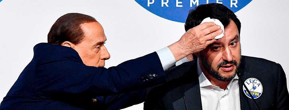 Silvio Berlusconi torkar svetten ur La Lega-ledaren Matteo Salvinis panna i valrörelsens slutskede.