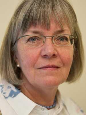 Lön: 33 400 kronor. Gunilla Almqvist, 60. Examen: Adjunkt. 38 år i yrket.   – Jag känner mig inte helt missnöjd med min lön efter många år. Men däremot med de löner som mina kollegor får idag som nya lärare kan skilja 5000-6000 kronor efter 15-20 år i yrket.