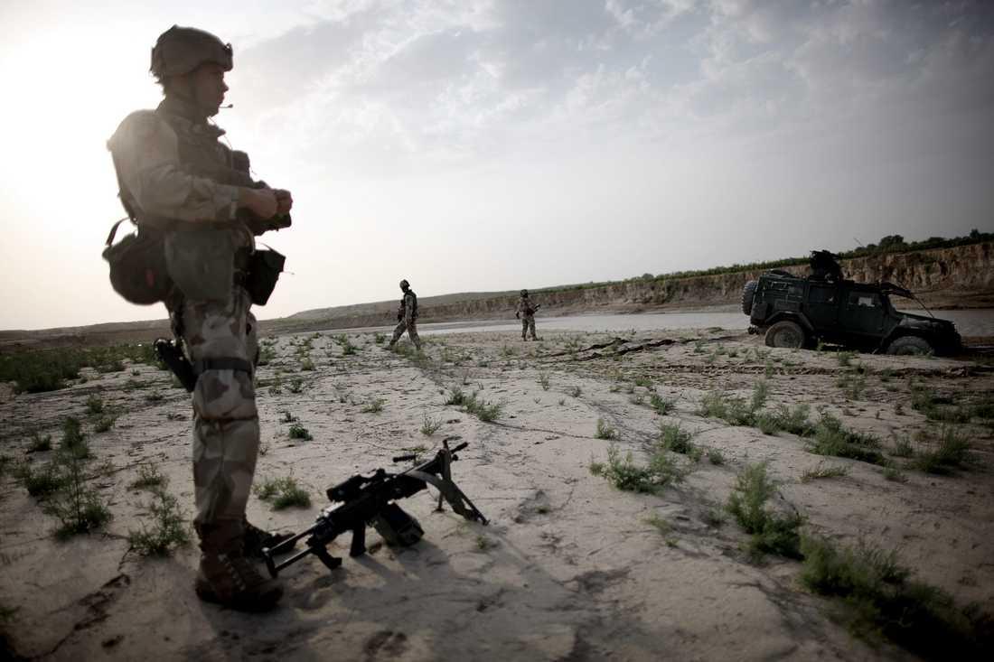 Två stridsfordon kör fast i gyttjan när de försöker korsa Balkhfloden.
