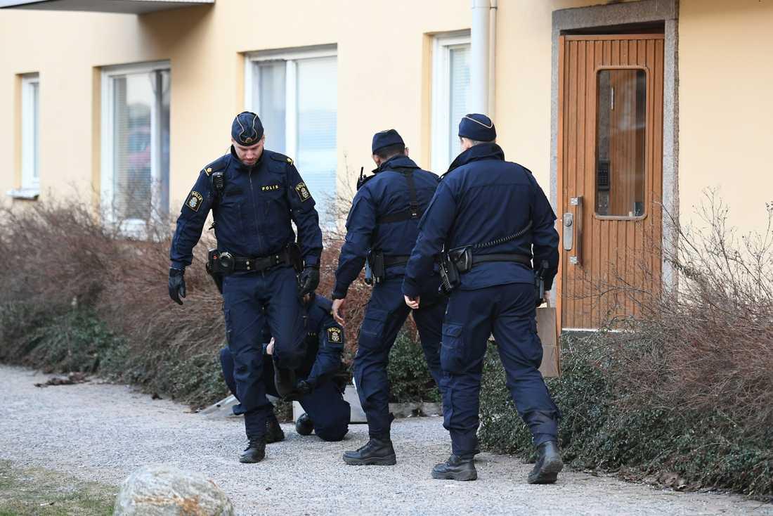 En man påträffades i ett trapphus i Johanneshov med en skärskada i axeln.