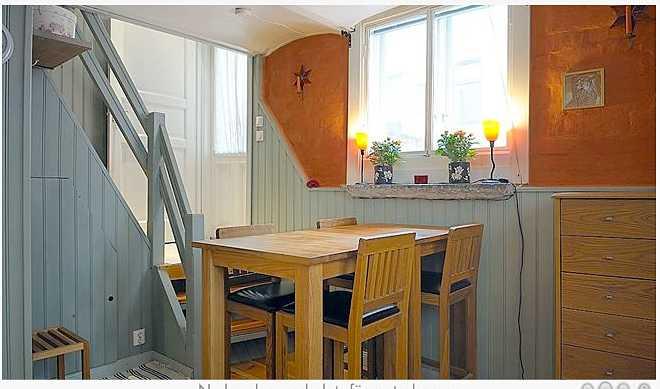 En halvtrappa ner under markplan ligger köket med sittplats för fyra.