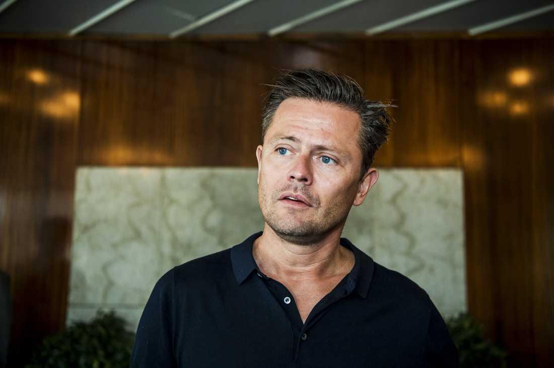 Fredrik Wikingsson erkände i sin podcast att han förlorat körkortet.