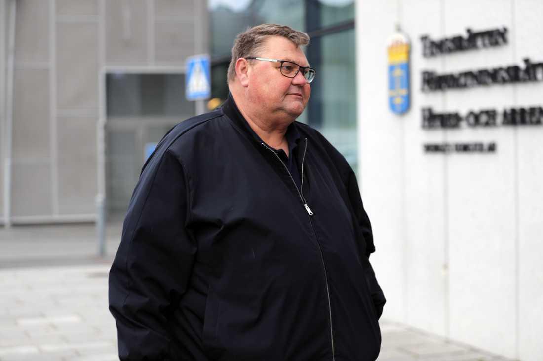 Sverigedemokraternas EU-parlamentariker Peter Lundgren anländer till rättegången vid Jönköpings tingsrätt, där han åtalats för sexuellt ofredande