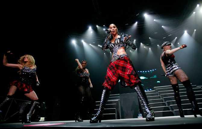 Lewis Hamiltons flickvän Nicole Scherzinger är fronttjejen i tjejbandet Pussycat Dolls som spelat in tre album.