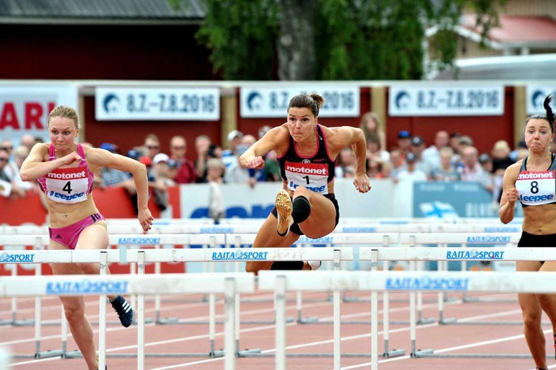Sanna Kallur gick i mål som tvåa på 12,91 i en tävling i Finland under lördagen.