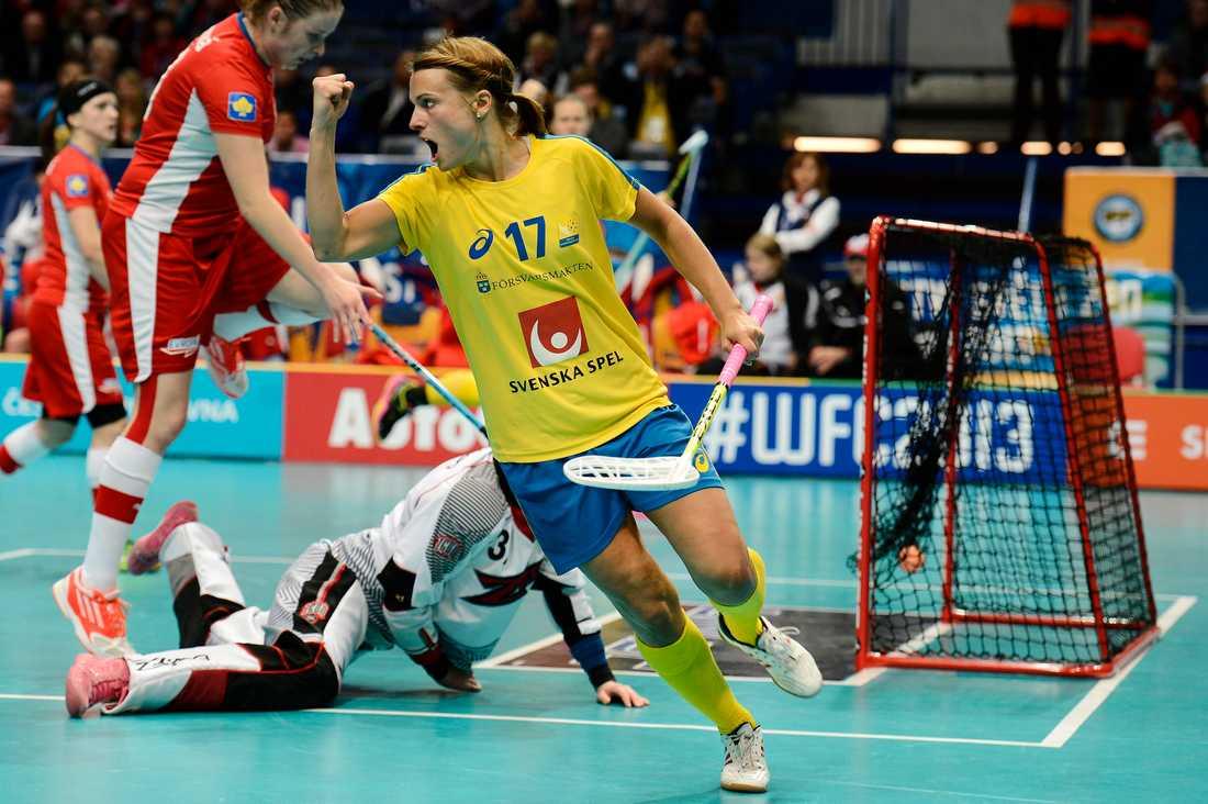 Anna Jakobsson vrålar efter Sveriges 6-2-mål.