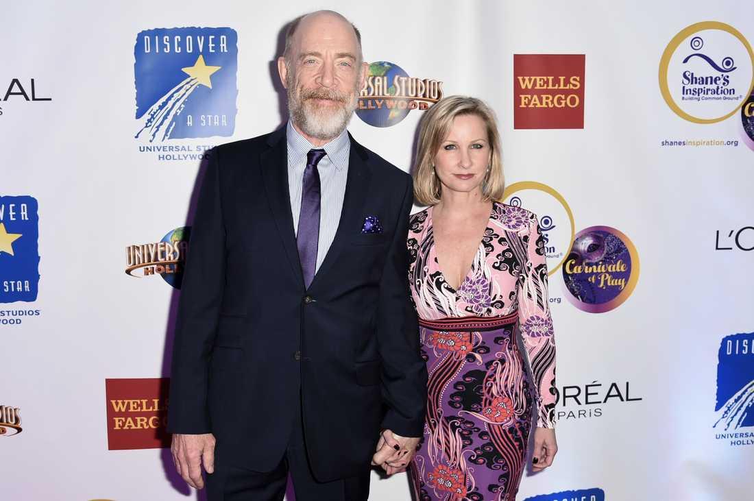 J. K. Simmons med sin fru Michelle Schumacher på en välgörenhetsgala den 5 mars 2016.