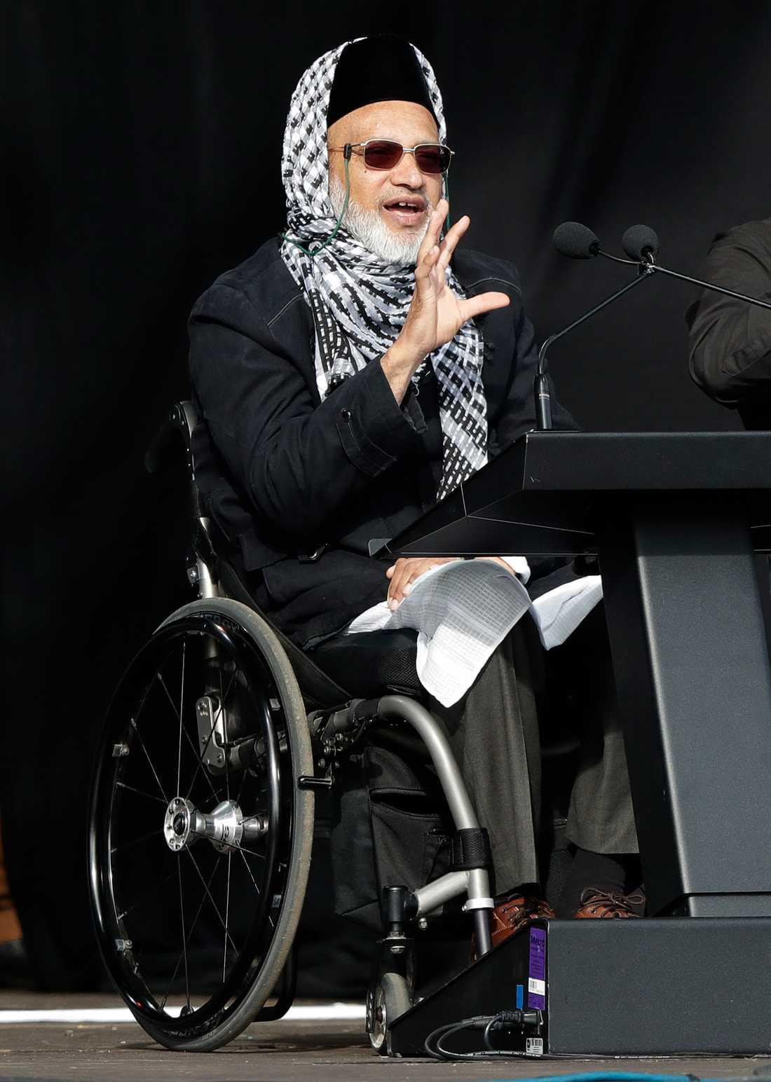 Farid Ahmed, som överlevde moskéskjutningen, håller tal.
