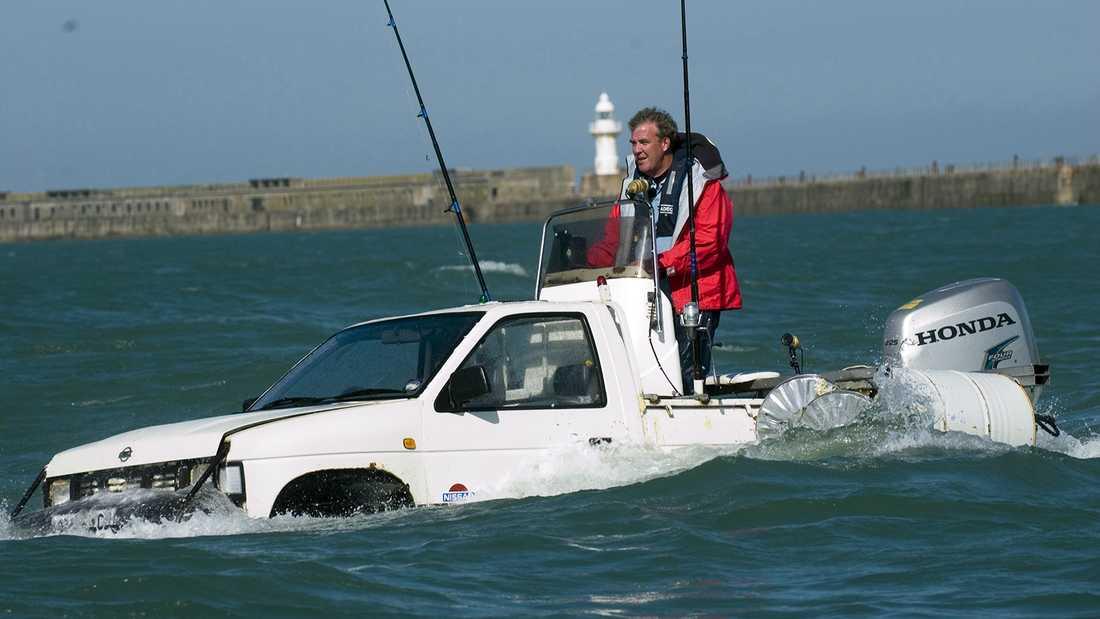 """""""Top gear"""" är känt för sina spektakulära inslag. Här manövrerar Jeremy Clarkson en amfibiebil i Engelska kanalen."""