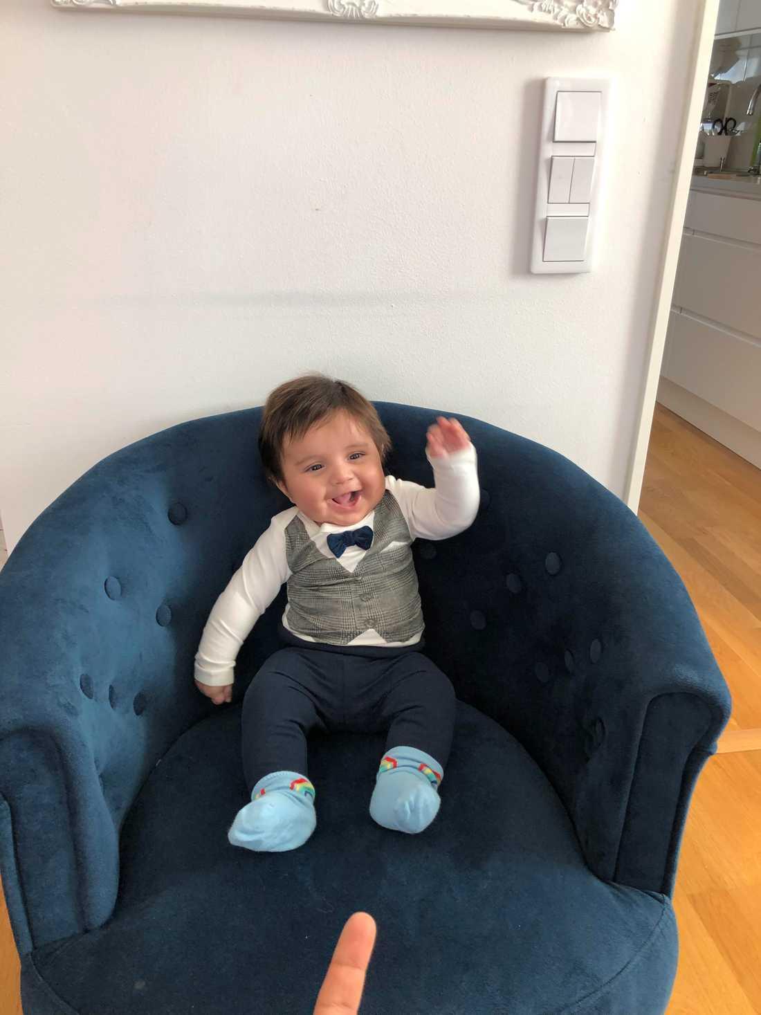 Liam föddes i februari med mycket hår. Nu är han fyra månader och han har fått klippas, hälsar mamman Shady Motlagh från Stockholm.
