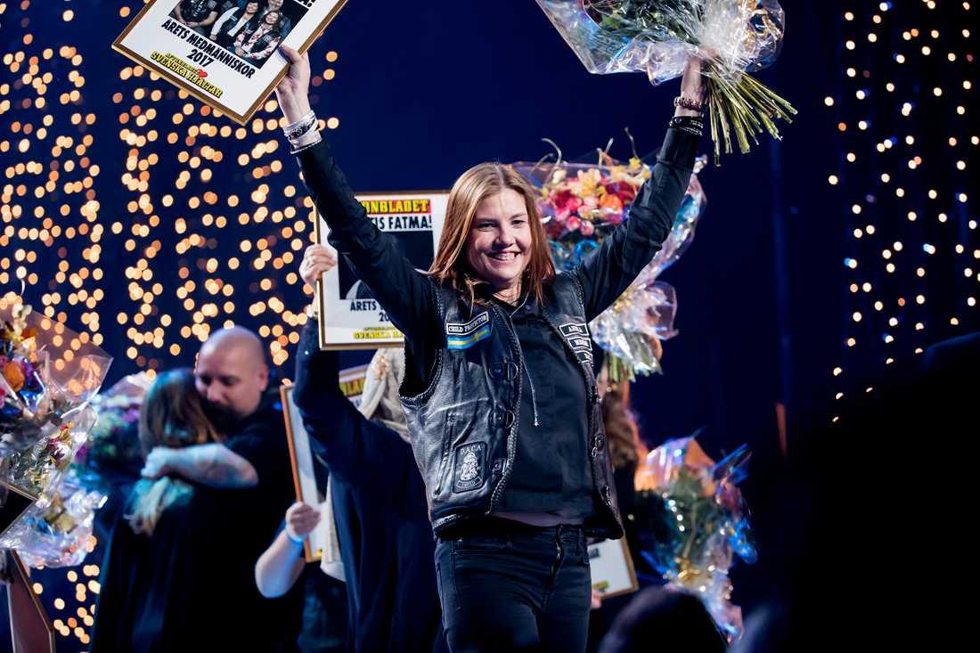 Dacas Annika Ström med blommor och diplom. – I somras köpte jag min första motorcykel, säger hon.