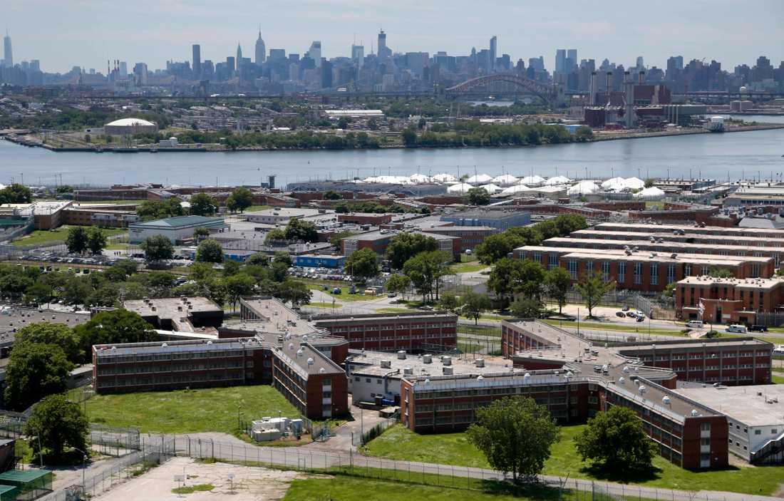 Fängelseön Rikers Island med Manhattan i bakgrunden.